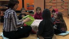 kindergarten_kleingruppe_mit_lautsprachunterstuetzender_gebaerde_frau_pressler