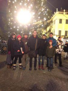 Soziale Drehscheibe akg BiG - Weihnachten in Schönbrunn, Gruppe vor Weihnachtsbaum